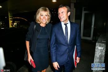 法国新总统马克龙的传奇婚姻 与年长24岁妻子秀幸福 组图