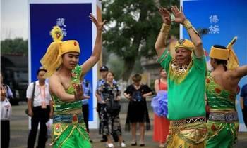 云南傣族孔雀舞亮相成都国际非遗节 引观众围观鼓掌图片