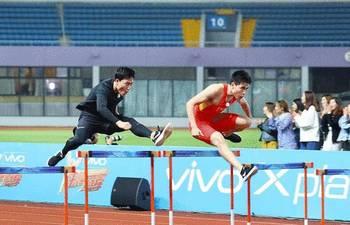 刘翔退役2年后再跑110米栏全程 师弟谢文骏陪同