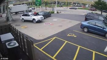 主奋不顾身跳到车盖上阻拦图片