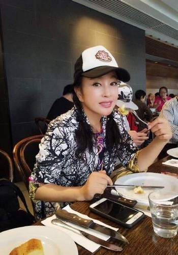 62岁的刘晓庆照片似少女,不老面容被揭穿 ,丈夫更是像她父亲图片
