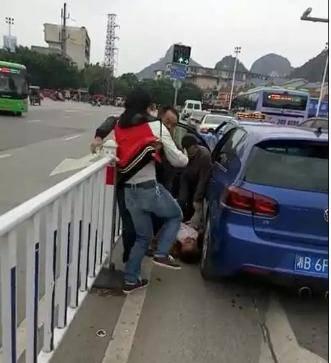 两辆大奔街头斗气 街头暴打车主阻拦不住图片