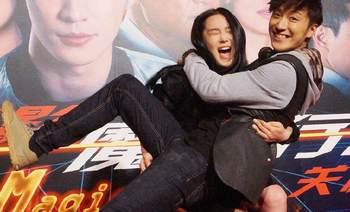 张馨予台上抱起乔任梁,重心不稳双双倒地,他的笑容是那么灿烂