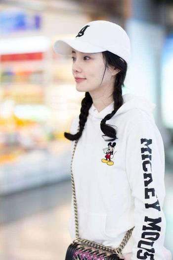 李小璐机场街拍少女感十足, 怎么她却越来越年轻了图片