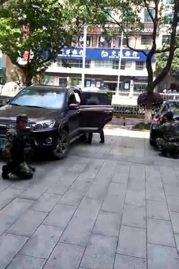 长沙一劫匪闯银行打劫 挟女员工与警对峙被抓