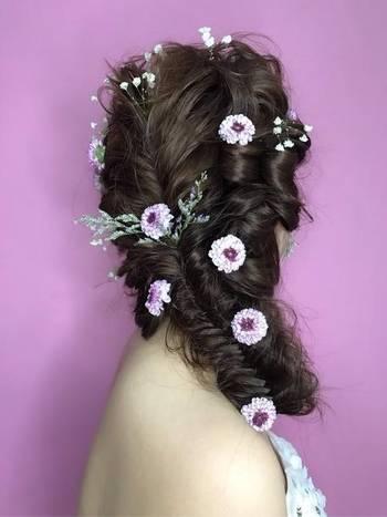 饰品搭配.一般鲜花新娘造型上会用百合、玫瑰、满天星来点缀,当然图片