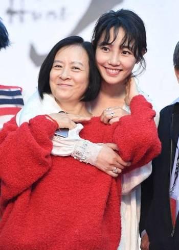 赵丽颖弟弟都成家了却有网红碰瓷 比林心如还美的妹妹不红好可惜图片