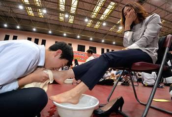 韩国高中学生为父母洗脚 有人感动痛哭