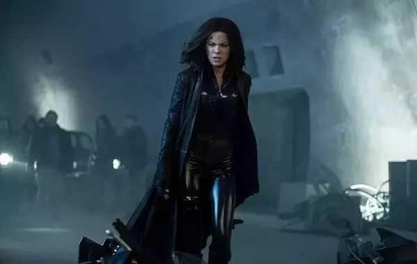 黑暗尤物: 小皮衣、黑皮裤, 风韵犹存艳女神!