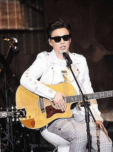 音乐挽救了一名15岁的失明少年,成绩显著却得靠别人翻唱才火