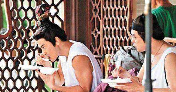 明星们在片场都吃些什么,刘诗诗和吴奇隆在一起煮火锅!