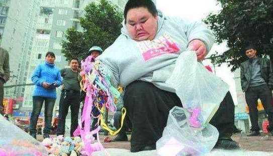 300斤胖小伙摆路边摊,城管竟然不管,背后的真相原来是这样!