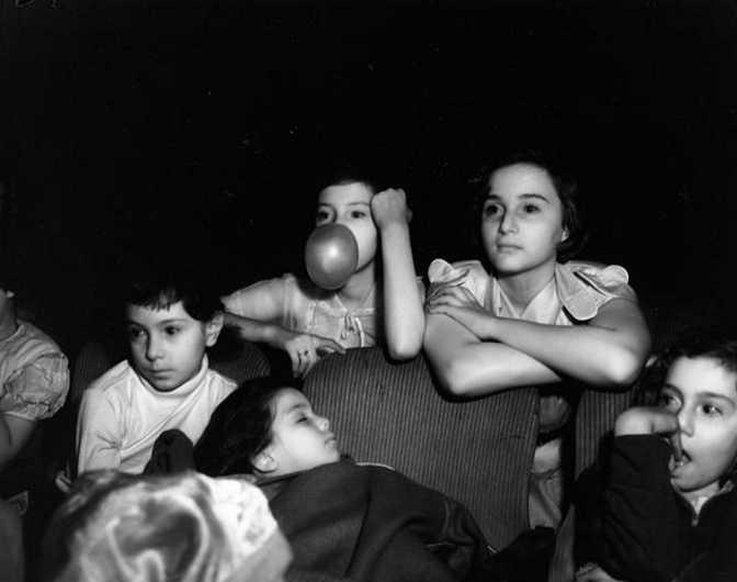当灯光熄灭电影开始,黑暗中的观众们都会干些什么