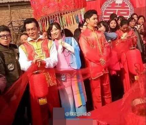 岳云鹏回故乡到场弟弟婚礼,全村的人都赶来看明星!!!