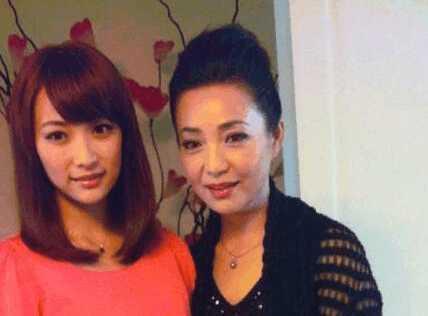 亲生母亲是《还珠格格》皇后娘娘, 她拍戏不少、综艺节目常露脸可就是红不了?