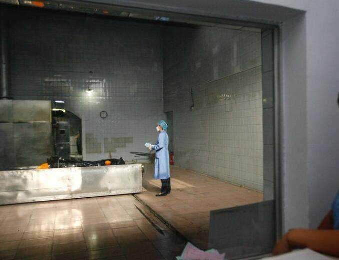 镜头下:在殡仪馆上班的年轻女性,因为工作找不到对象
