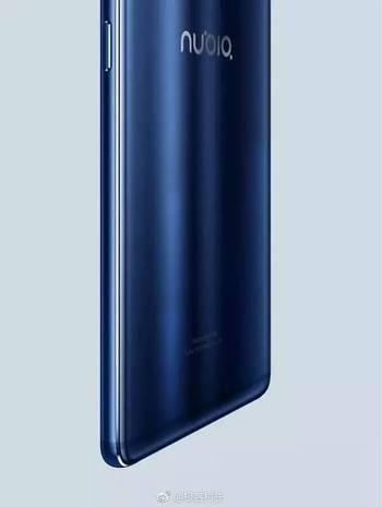 虽然图片只显示了手机的背面下半部分,但从蓝色配色和边框细节来看