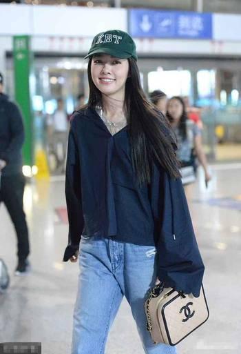 郭碧婷现身机场素颜也很女神,不过明显胖了穿衣略显尴尬!