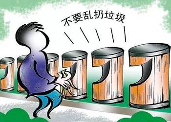 不时有居民将垃圾袋扔进桶内,记者观察发现,这些居民没有分类扔垃圾