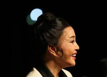 """62岁奶奶辈刘晓庆近照,一张""""假皮""""还在扮嫩,素颜出镜真吓人"""