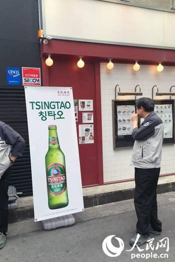 图为路边青岛啤酒的宣传架.王昱祺 摄