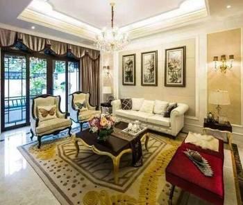 客厅空间展示,顶面一圈吊顶,在灯一周石膏线,沙发背景墙使用的硬包,用