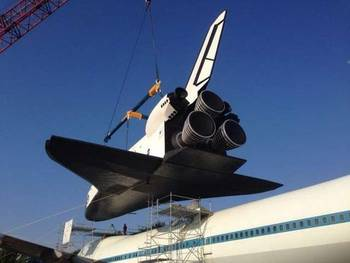 """2月8日,这架庞大的""""企业""""号航天飞机被吊装在专用的波音-747带飞飞机"""