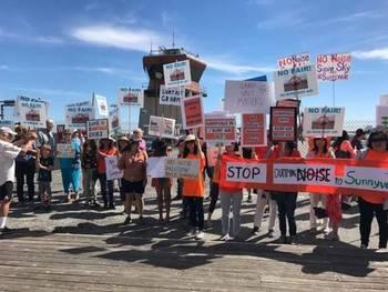 飞机噪音严重扰民 美国南湾华人赴机场抗议