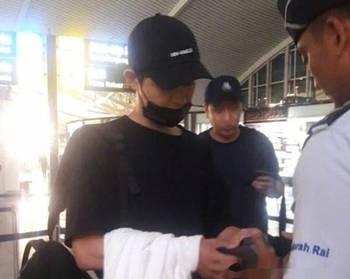 今天韩国粉丝们爆了,因为传说双宋恋情成真!?  起因是宋仲基被人拍到13日离开巴厘岛的机场照片,据传他6月7-13日期间在那里度假。  接着宋慧乔也被粉丝拍到了由巴厘岛离开时的照片。 说实话这种连两人都没有同时出现就被传出恋情成真的说法,粉丝们脑洞也实在太大。但是没法子,谁让他们俩自从出演《太阳的后裔》后。就成为了那么多粉丝认定的CP。 我们不妨来回忆一下两人同框的美丽画面吧。