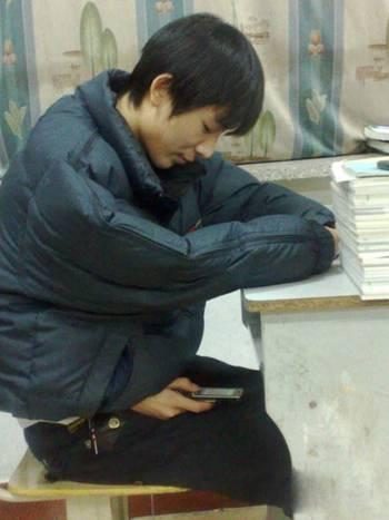 学生上课玩手游手机被老师摔碎 事后老师道歉