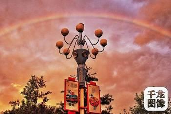 雨后天空出现的弧形彩带,颜色鲜艳的叫虹,也叫主虹,而色彩排列顺序与