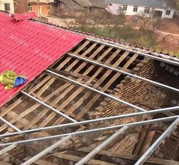 农村房屋盖上合成树脂瓦,再也不用上房捡瓦