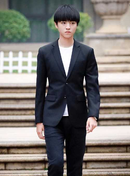 99年的他们同穿黑色小西装,吴磊稳重大气,王俊凯帅气可爱!
