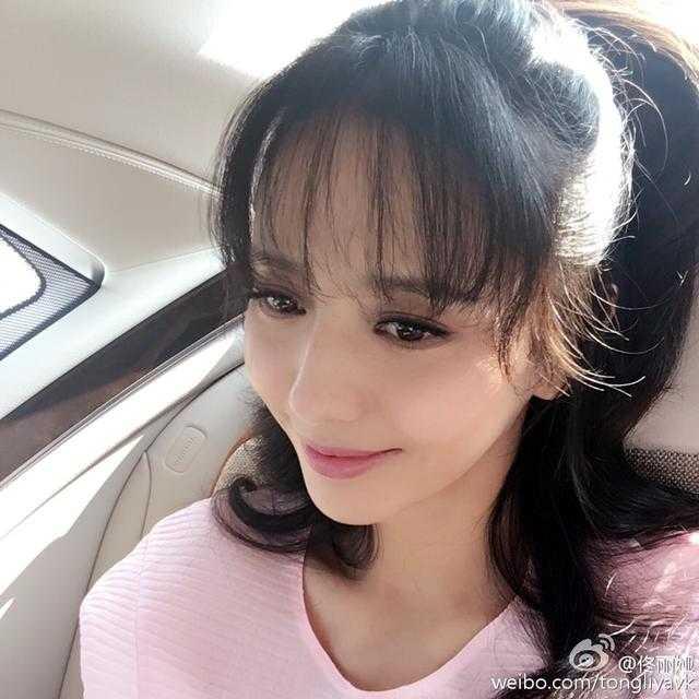 厚重的齐刘海尽管也能遮额头,但已经过时了,佟丽娅换个轻薄刘海,扎起图片