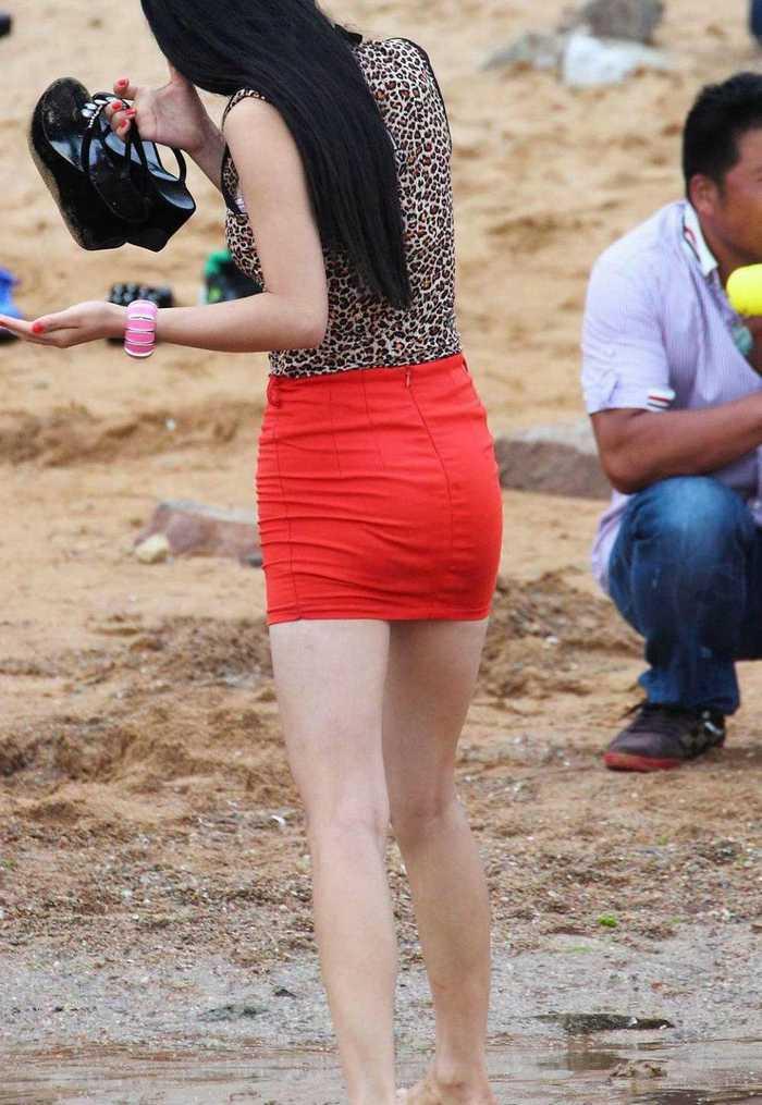 随拍青岛街头美女_街拍:青岛海滩跟拍红色紧身包臀短裙美女