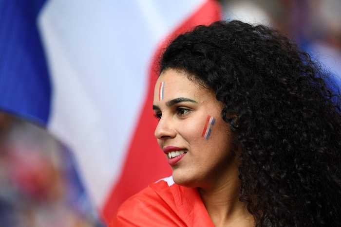 法国球迷助阵乳此迷人 瑞士情侣看台激吻