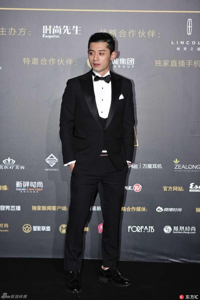 12月7日,北京,张继科现身红毯,西装革履手插口袋帅气逼人.