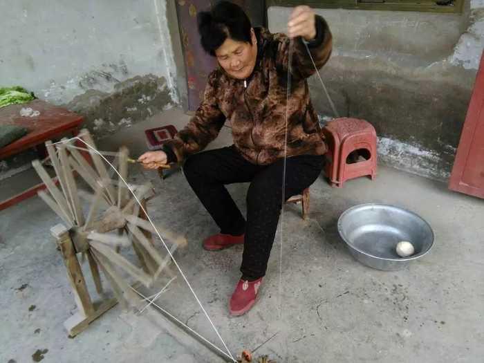 直拍农村大娘用纺花车合线,大嫂拐线,很亲切!图片