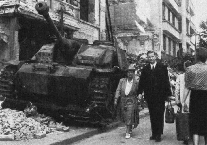 8月下旬的一天,美国cbs电台的记者舒尔若在柏林街头和几十个普通市民