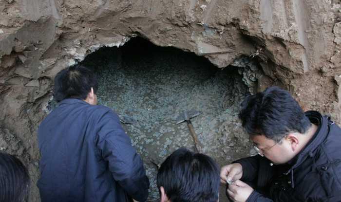 农村一男子挖地窖时发现神秘洞穴,走近一看,两眼发傻了!
