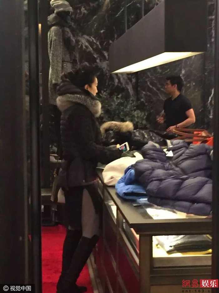 超怕冷!巩俐素颜现身巴黎逛街买冬装