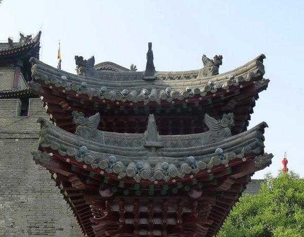 #老西安 新西安# 中国最大最完整的古城墙西安城墙  【1】明古城墙 西安城墙是中国现存规模最大、保存最完整的古代城墙,始建于明太祖洪武三年(1370),洪武十一年(1378)竣工,历时达八年之久。  古城墙高大雄伟,全长十三点七公里,将西安古城区围成封闭的长方形,城墙内面积十一点三平方公里。  古城墙为一系列的军事防御体系,由墙体(垛墙、女儿墙、马道)、护城河、城门(吊桥、闸楼、箭楼、正楼)、敌台及敌楼、角台及角楼等组成。     【2】城门 西安城墙主城门有四座:南永宁门、北安远门、东长乐门以及西安