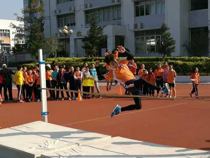 跨越式跳高_体育 图片详情  跨越式跳高.