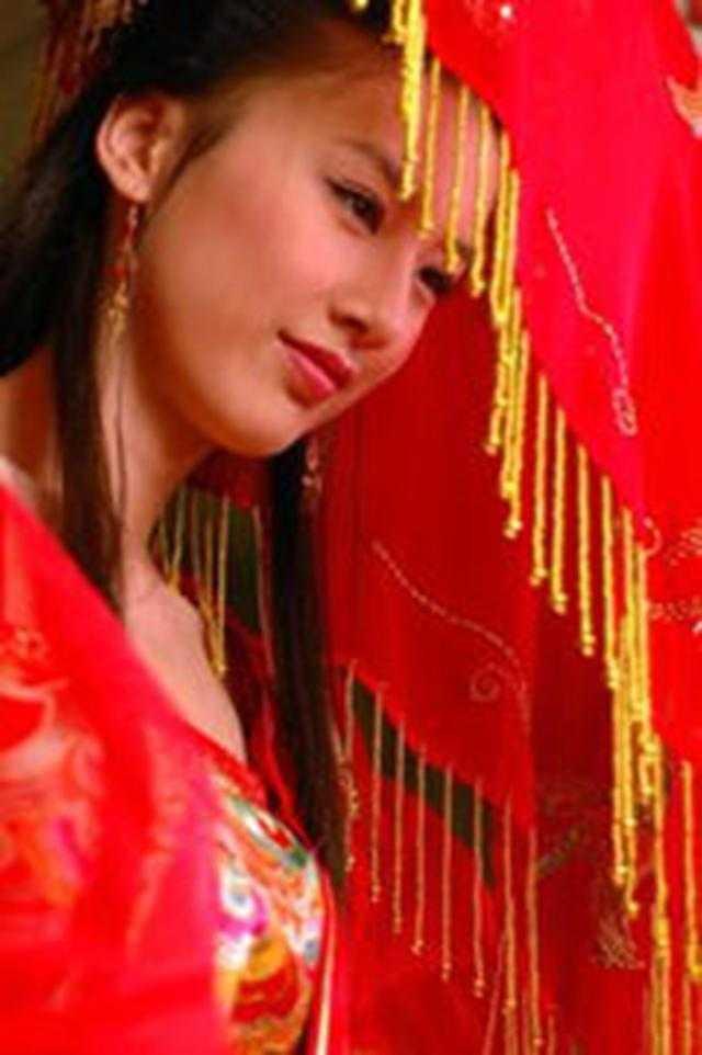 这个应该是黄圣依在天仙配里的新娘装!