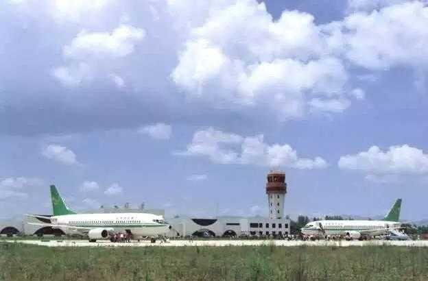 几天前,一位患有空怒症的机长 因不满机场安排别的航班插队, 而让乘客下机示威的消息, 让西双版纳嘎洒这个原本非常低调的 机场莫名了火了一把。 今天爱酱要和大家分享的也是 一条关于云南机场的消息: 据报道,云南临沧沧源佤山机场已经于 今天试飞,12月8日正式通航 也就是说,到今年年底, 云南民用机场的数量将达到14个  不说还不知道 原来我们云南居然有这么多的机场 今天爱酱就来给大家盘点一下 云南的那些民用机场吧~  昆明长水国际机场 昆明长水国际机场(ICAO:ZPPP;IATA:KMG)全球百强机