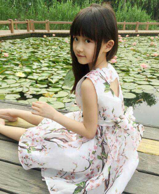 这位可爱的小公主名叫纪姿含,2007年出生于北京,是一名内地小有名气的