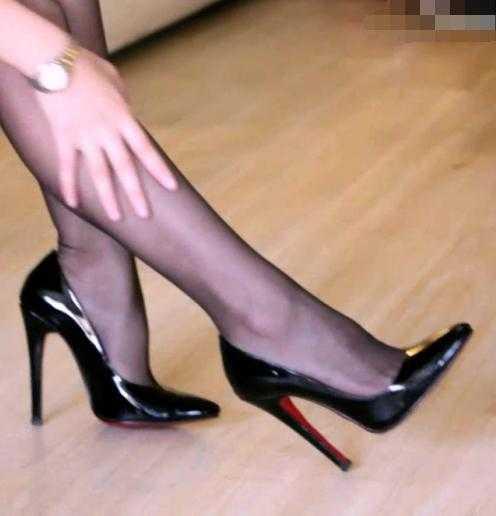 美女时尚高跟鞋低头v美女的美女图片