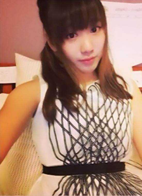 闫妮18岁漂亮女儿近照浓妆大秀美腿,网友:母女似姐妹