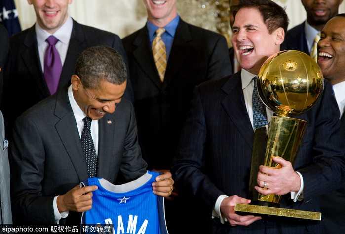 美国华盛顿,2009/10赛季nba总冠军湖人队参观白宫,与总统奥巴马合影.