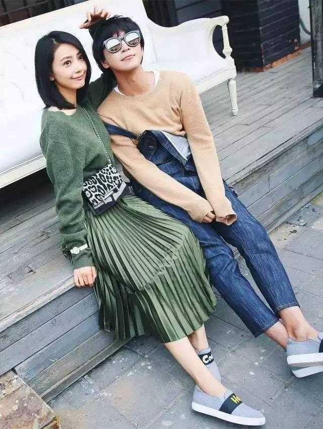 宽松的毛衣搭配视觉轻盈的百褶裙材质
